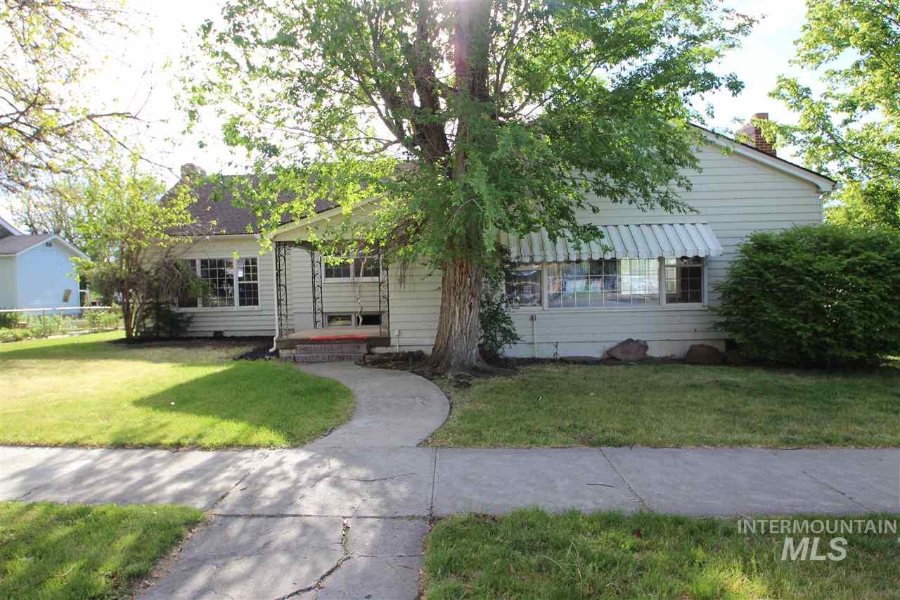 独户住宅 为 销售 在 50 N Elmore Avenue 50 N Elmore Avenue Glenns Ferry, 爱达荷州 83623