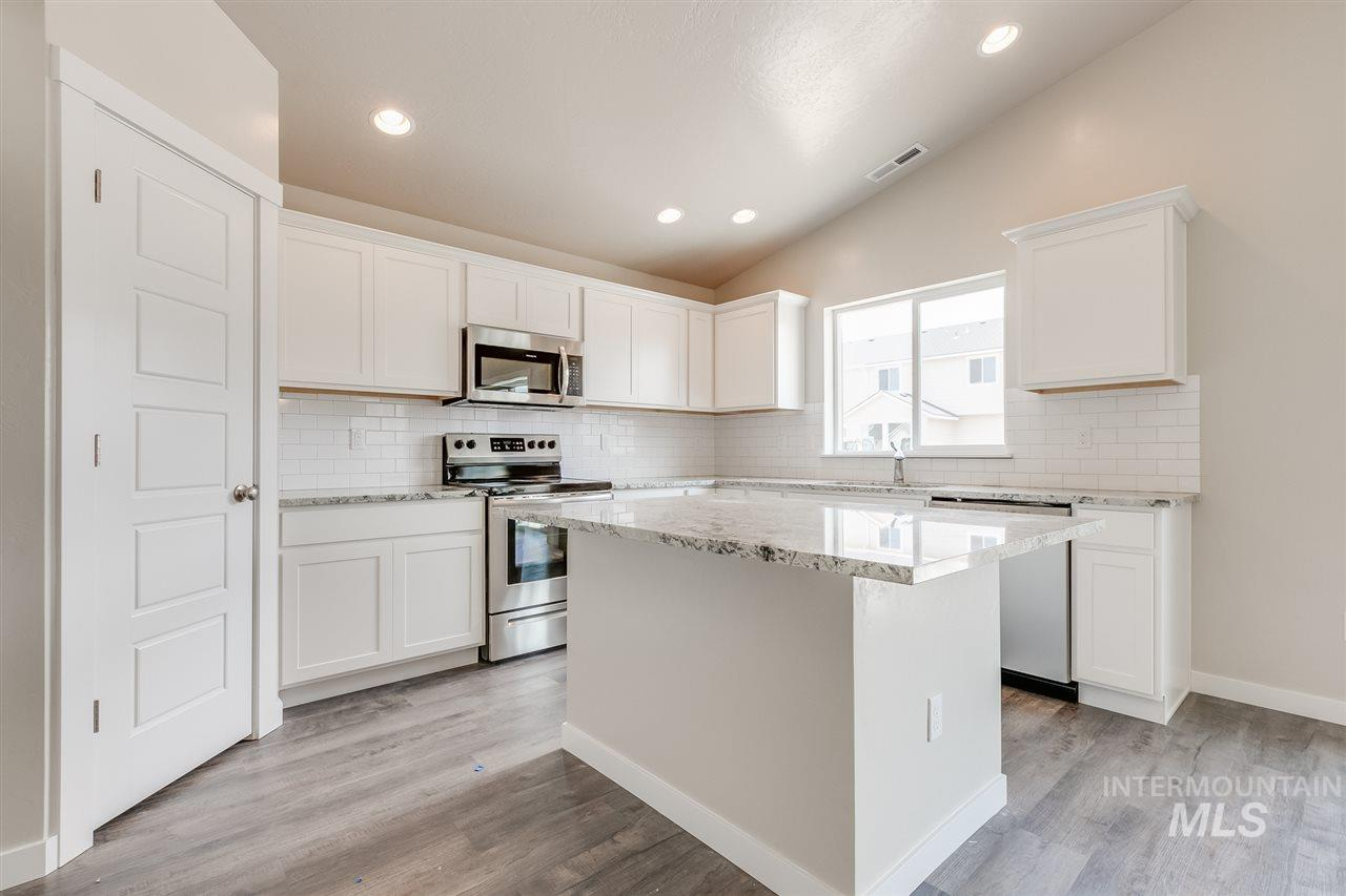 The Harrison 2025 is the perfect spacious single living home you've been waiting for. A wide open living room that flows into your dining room and a view from the kitchen makes entertaining top notch. Price includes 3rd bay, separate master shower, upgraded cabinets, dual vanity, granite, vinyl floors, and more. RCE-923
