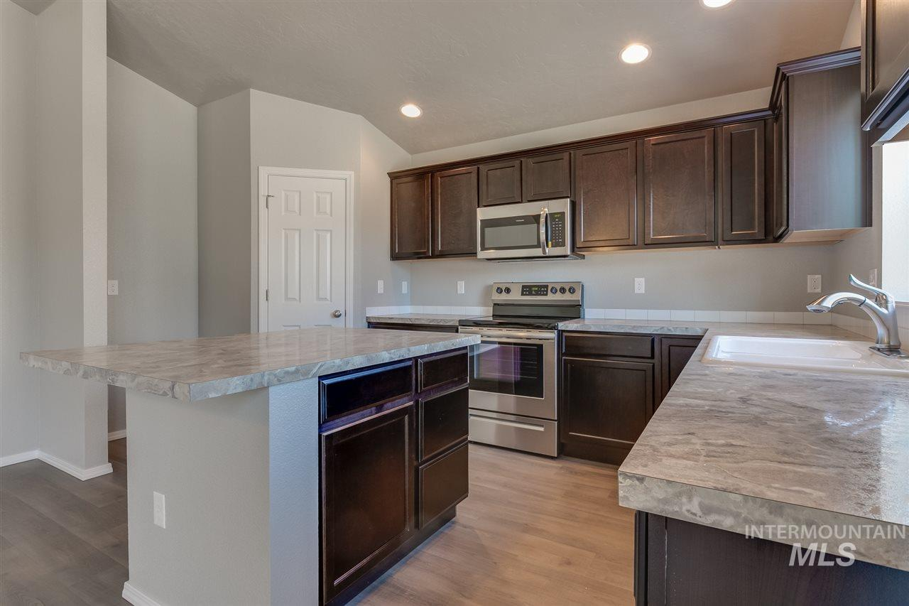 The Harrison 2025 is the perfect spacious single living home you've been waiting for. A wide open living room that flows into your dining room and a view from the kitchen makes entertaining top notch. Price includes dual vanity, vinyl, and more. RCE-923