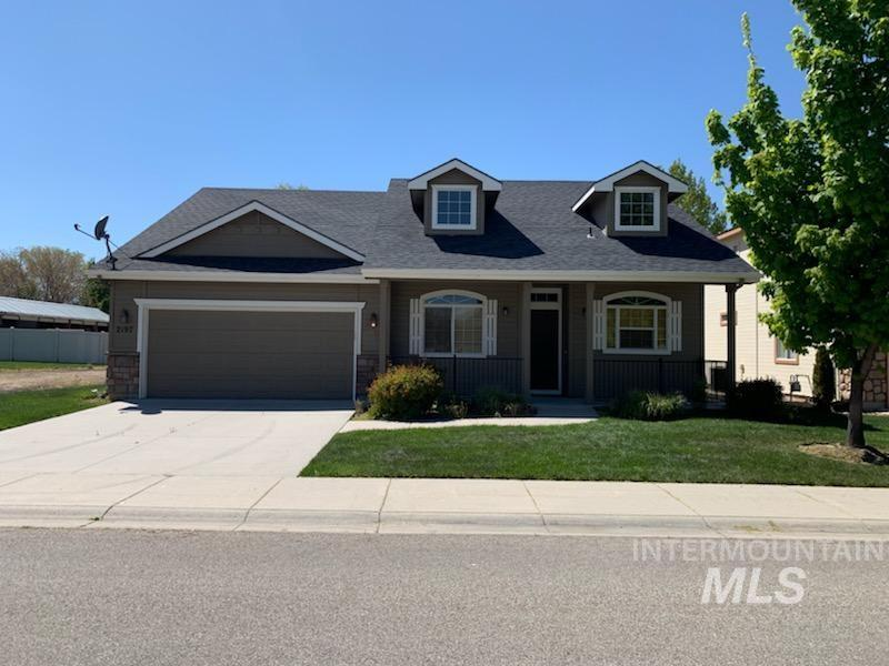 Great Meridian location close to shopping and I-84. Fully fenced back yard with automatic sprinklers. Amazing HOA, that takes care of lawn and snow removal. Great opportunity to own a lovely home built by Ted Mason. exterior of home repainted in 2018. Clean move in ready. BTVI.