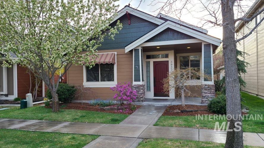 Prepare to be WOWed!  Granite kitchen w/custom cabinetry and raised eating bar. Cathedral ceiling & hardwood floors throughout.  Huge pantry a & tons of storage.  Soaker tub & shower in master bathroom w/large walk-in closet on main level. Cozy patio with gas BBQ hookup, Sunguard cover & beautiful landcaping.  Heritage Commons boasts community clubhouse with fitness center and pool.  Activities include 4th of July festivities,  movies in the park, as well as Octoberfest.  Total low maintenance lifestyle.