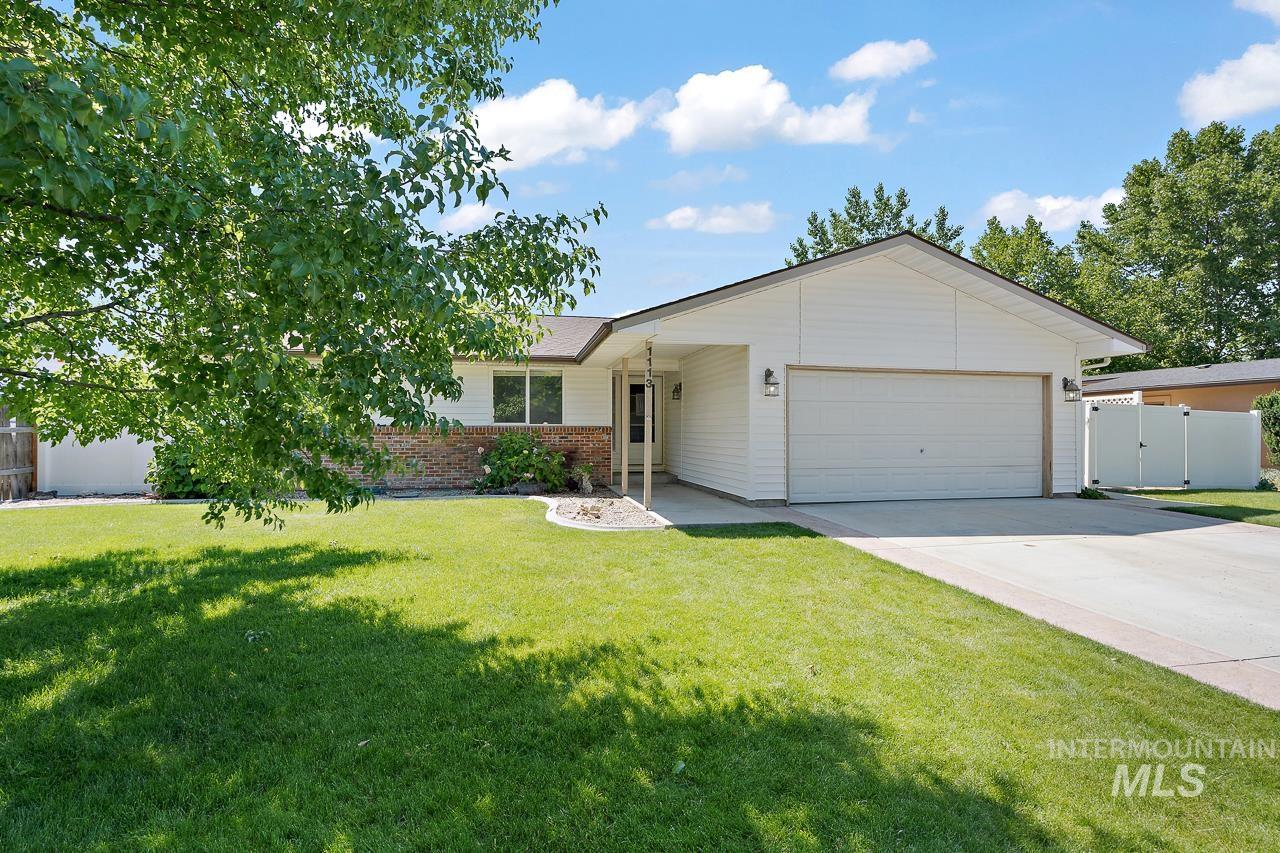 This home is in a perfect location near Old Town Meridian and all three neighborhood schools. Beautiful front and back yard with new fencing that gives the homeowners privacy. Fireplace, wood flooring throughout and a great layout with an attached 2 car garage! Master bedroom has an en suite bathroom and a walk out patio. New stainless steel appliances and an open concept kitchen with lots of storage. Open house Saturday 6/26 from 12pm to 4pm!